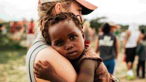 christian-missionary-holding-child-religious-stock-photo%e5%b9%b3%e5%92%8c%e3%81%aa%e4%ba%ba%e3%81%ab%e3%81%af%e6%9c%aa%e6%9d%a5%e3%81%8c%e3%81%82%e3%82%8b