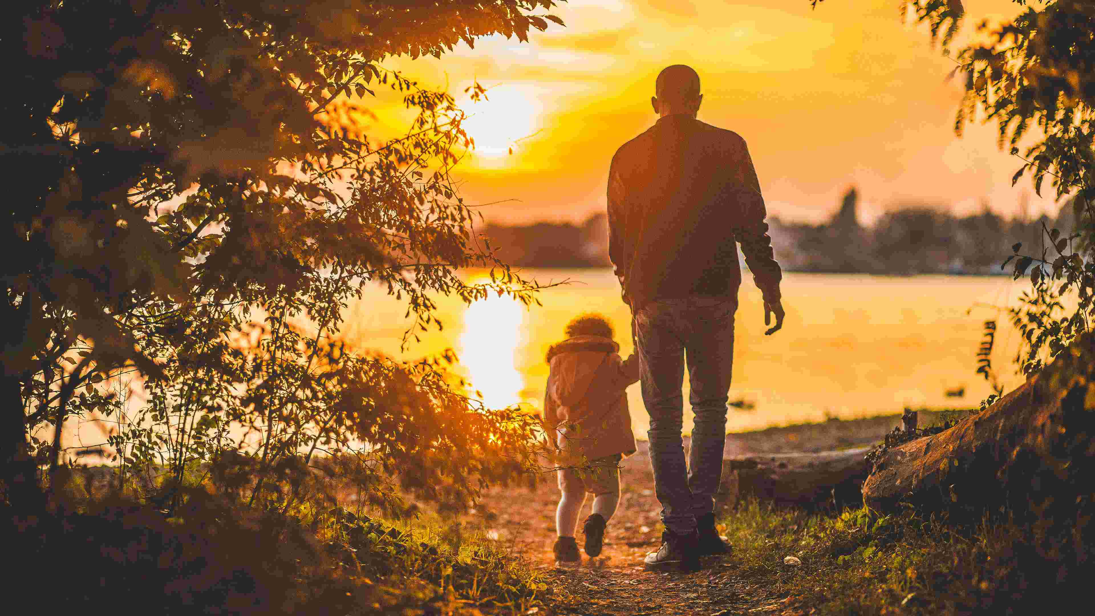 father-and-son-walking-by-the-lake-at-sunset-christian-stock-image%e5%ae%89%e5%bf%83%e3%81%97%e3%81%a6%e8%a1%8c%e3%81%8d%e3%81%aa%e3%81%95%e3%81%84